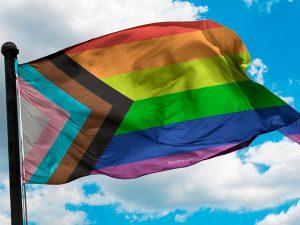 Puedes comprar la nueva bandera LGBT Quasar en nuestra tienda online
